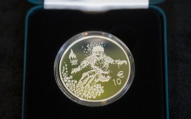 В пятницу в музее Банка Эстонии представили сувенирную монету и почтовую марку, которые посвящены олимпийским играм в Пхёнчхане.