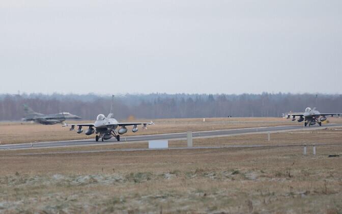Истребители F-16.