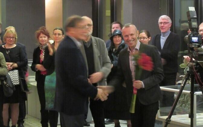 Harry Liivranda õnnitleb TLÜ Akadeemilise Raamatukogu direktor Andres Kollist.