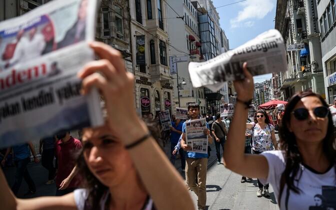 Protest Ozgur Gundem ajakirjanike vahistamise vastu Türgis.