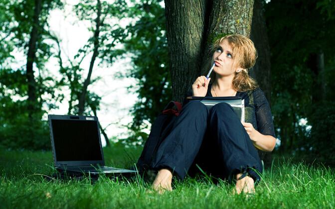 Voolupistikud ja energiaallikad kolivad vaikselt parki ja puude vahele.