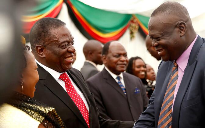 President Emmerson Mnangagwa (vasakul) ja endisest õhuväekindralist põllumajandusminister Perence Shiri.