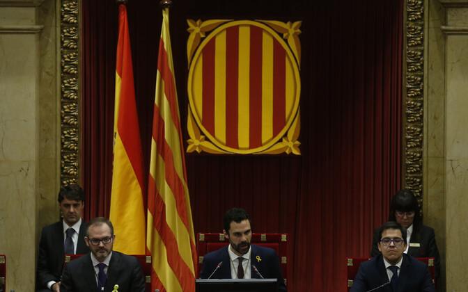 Kataloonia regionaalparlamendi uus spiiker Roger Torrent (keskel).