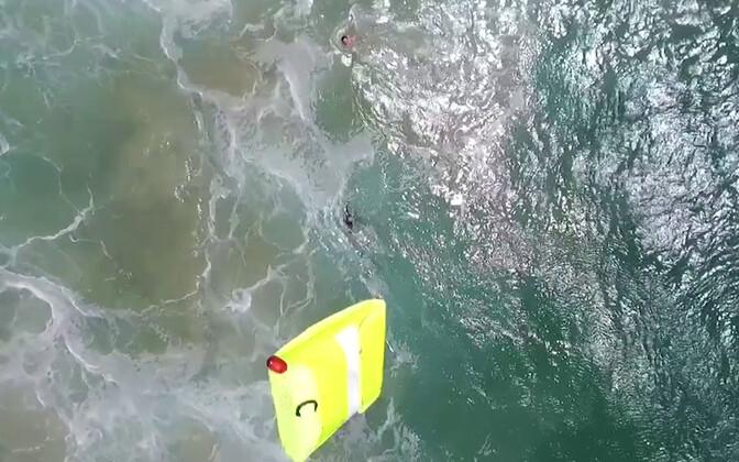 Austraalias päästeti kaks ujujat päästedrooni abil.