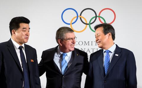 Rahvusvahelise Olümpiakomitee president Thomas Bach poseerimas koos Põhja-Korea spordiministri Kim Il Guki (vasakul) ja Lõuna-Korea spordi- ja kultuuriministri Do Jong-hwaniga.