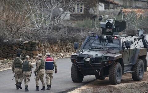 Турецкие армейские офицеры на границе с Сирией.