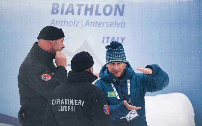 Kasahstani laskesuusakoondise peatreener Valeri Polhovski Anterselvas Itaalia politseinikega vestlemas.