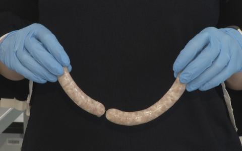 Mis on vorsti sees? Vorsti tehakse lihast ja vorsti sees, vähemalt pildil oleva salaamivorsti sees, on liha.