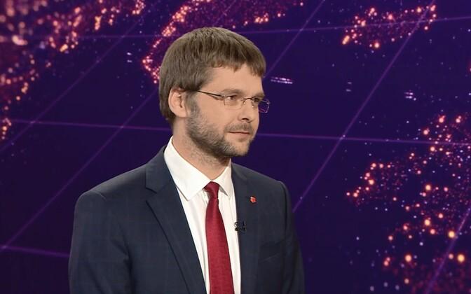 Ossinovski answering questions on ERR's Aktuaalne kaamera newscast.