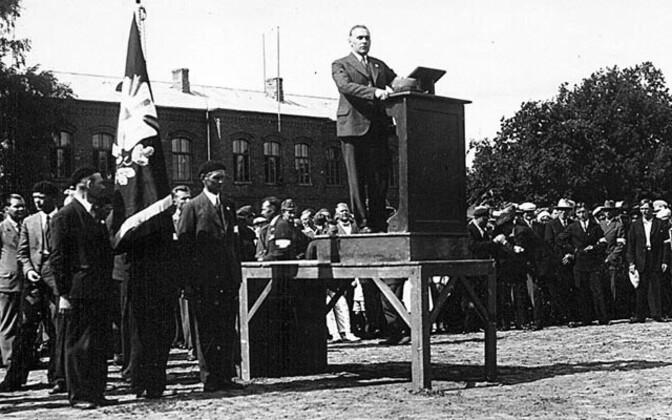 Artur Sirk kõnelemas Vabadussõjalaste koosolekul Pärnus.
