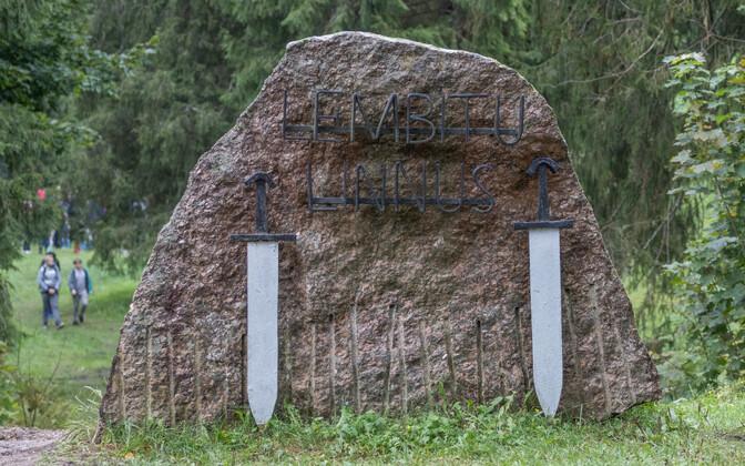 Madisepäeva lahingu mälestusmärk Lõhavere linnamäe jalamil