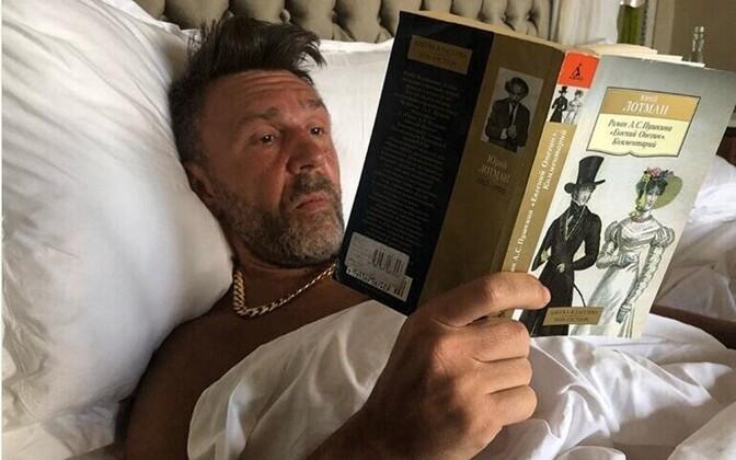 Шнур читает книгу Юрия Лотмана