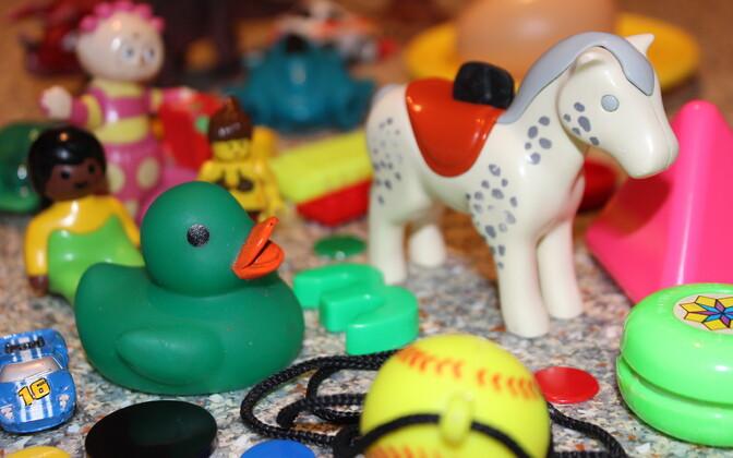 Pildil olevate mänguasjadega tegid teadlased katseid ning leidsid, et vananedes ning lapse kõhtu sattudes eritavad need ülemäärases koguses tervisele ohtlikke keemilisi elemente.