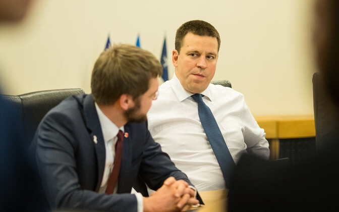 Prime Minister Jüri Ratas (Center), with junior coalition party SDE chairman Jevgeni Ossinovski.