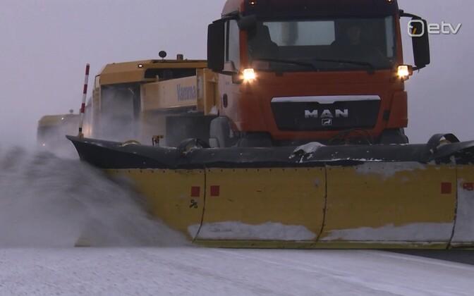 Snowplows operating at Tallinn Airport.