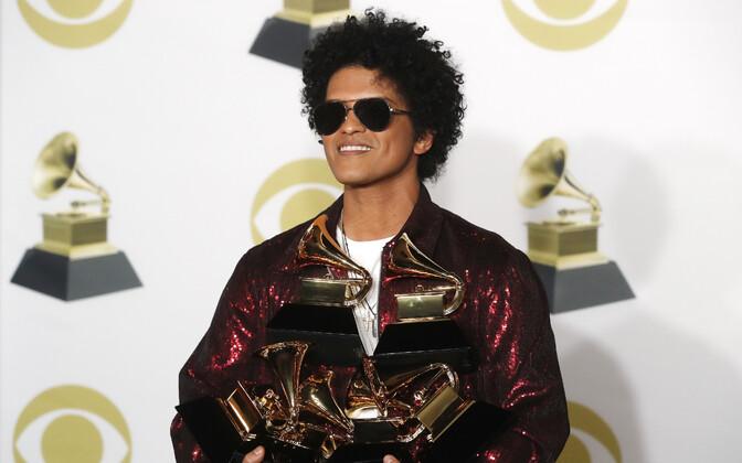 Bruno Mars oma vastvõidetud kuue Grammyga.