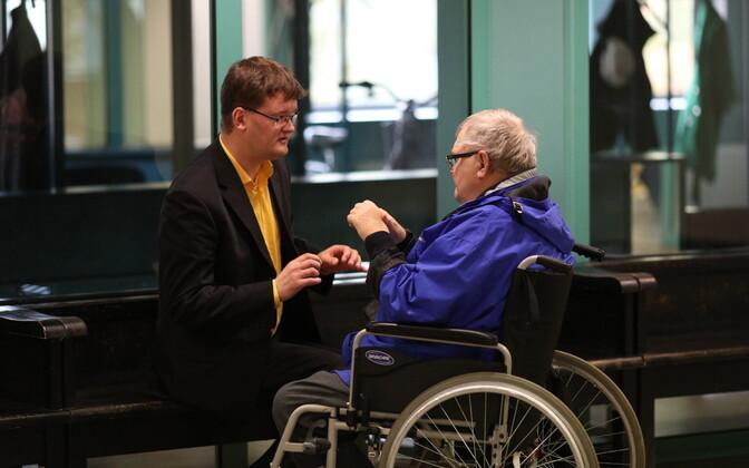 Прийт Кутсер (слева) и Эдгар Сависаар в суде.