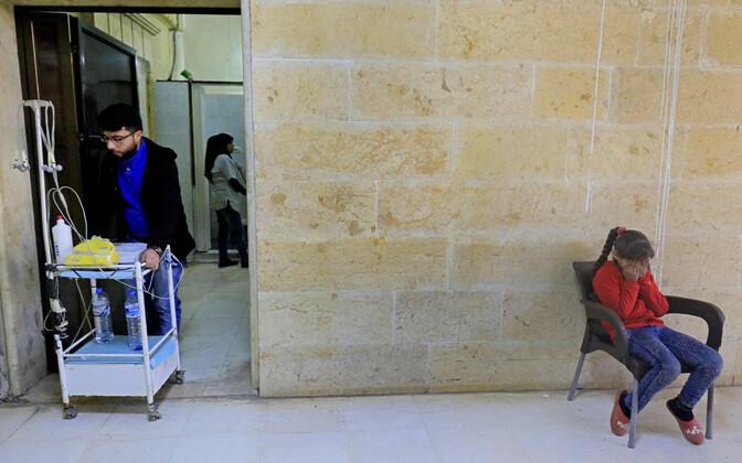 Kurdi tüdruk Afrini haiglas Türgi õhurünnakus viga saanud lähedaste pärast muretsemas 31. jaanuaril.