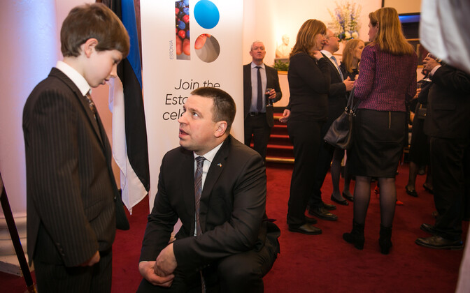 Prime Minister Jüri Ratas (Center) speaking with a young member of the Estonian community in Dublin on Wednesday evening. Jan. 31, 2018.