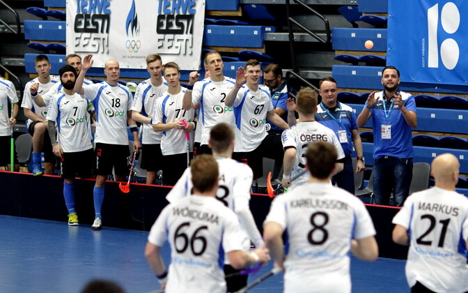 Команда Эстонии празднует победу.