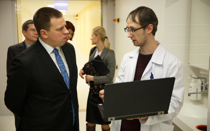 Prime Minister Jüri Ratas visiting Tartu University Hospital on Friday. Feb. 2, 2018.