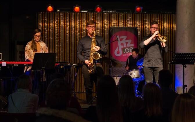 Lauri Kadalipp Social Jazzi kuulates tekib küsimus, kui palju on selles muusikas Lauri Kadalippu ja kuivõrd on see ühislooming. Fotol vasakult Kirke Karja, Lauri Kadalipp, Tõnu Tubli ja Allan Järve.