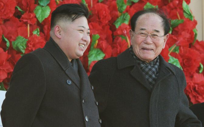 Põhja-Korea tegelik juht Kim Jong-un (vasakul) ja tseremoniaalne riigipea Kim Yong-nam 2012. aastal.