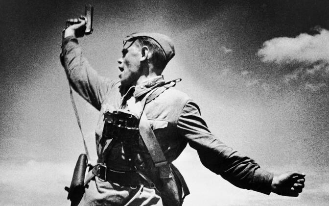 1942. aastast pärit lavastatud rindefoto nõukogude politrukist.
