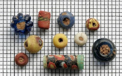 Pildid Canterbury areholoogiafondist pärast jaanuari lõpul toimunud sissemurdmist. Kaasa viidi üle 850 anglo-saksi klaashelme, münte, metall- ja luuesemeid. Kahju tekitati ka säilikute segipaiskamisega.