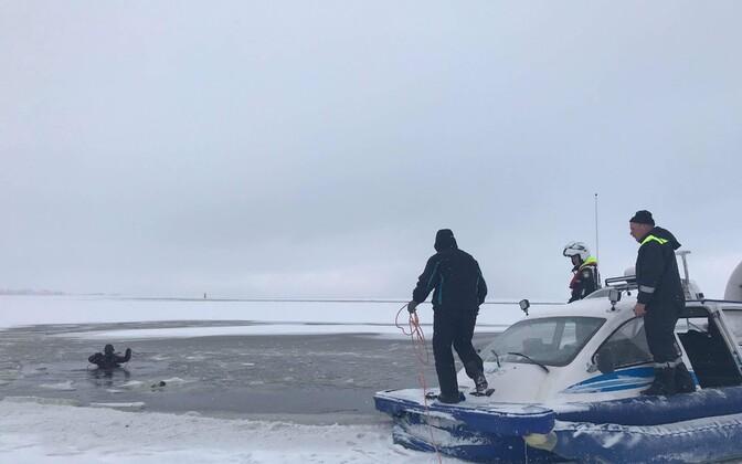 Politsei foto sündmuskohalt Kihnu-Munalaiu laevateel