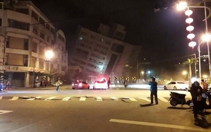 Сообщается об обрушении пяти зданий.