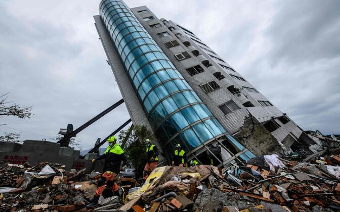 Külili vajunud hoone Hualieni linnas 8. veebruaril.