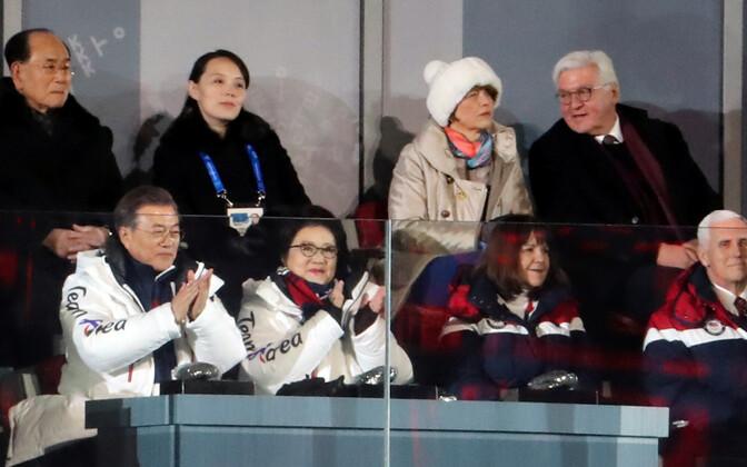 Avatseremoonial istus USA asepresident oma abikaasaga samuti Põhja-Korea esindajate lähedal, kuid omavahelist suhtlust ei toimunud.