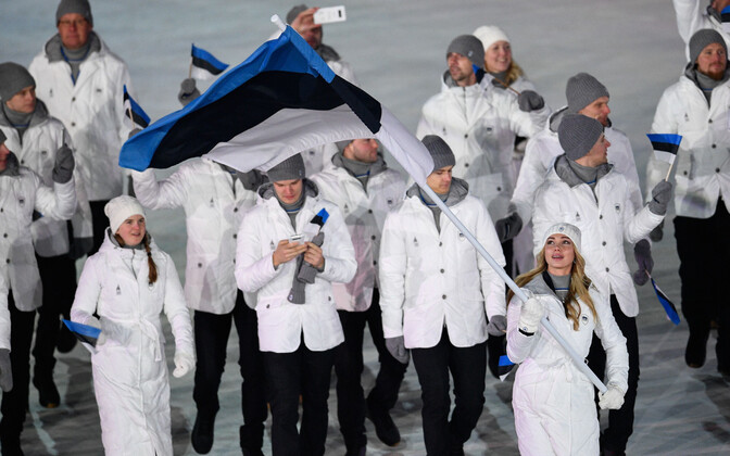 The Estonian delegation, with speed skater Saskia Alusalu carrying the Estonian flag, at the opening ceremony of the 2018 Pyeongchang Games