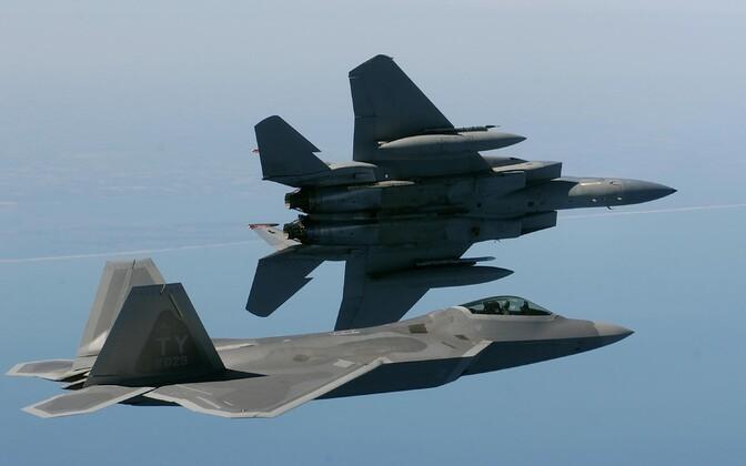 Esiplaanil F-22, taga F-15 - mõlemat tüüpi lennukeid kasutas USA kolmapäeval Süürias.
