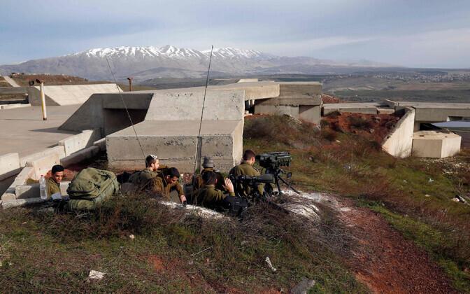 Iisraeli sõdurid positsioonidel Süüria piiri lähedal. Pilt on tehtud laupäeva hommikul.