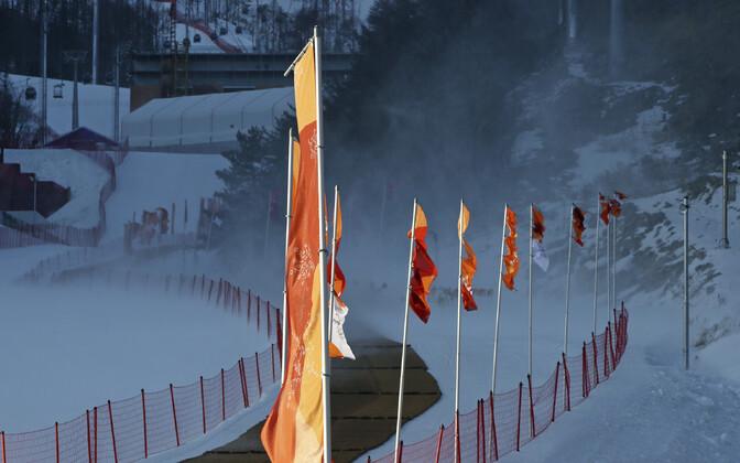 Lipud tugeva tuule käes mäesuusatamise võistluspaigas Jeongseonis lehvimas.