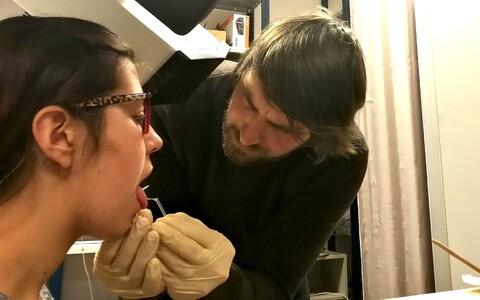 Tartu ülikooli foneetika doktorant Anton Malmi kleebib katseisiku Katrin Leppiku keelele sensoreid.
