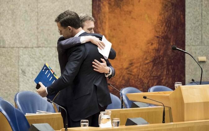 Hollandi välisminister Halbe Zijlstra embab peaminister Mark Ruttet (seljaga) pärast ametist lahkumisest teatamist parlamendi ees.