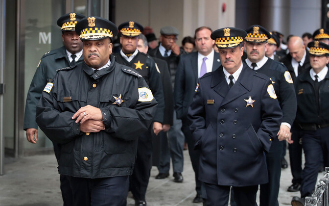 Chicago politseiülem Eddie Johnson (vasakul) enne pressile avalduse tegemist.