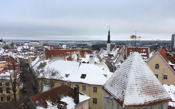 Снег на крышах - потенциальная опасность.