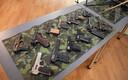 Kaitseväe ühendatud õppeasutustele annetati 17 Soome relvakollektsionäärile kuulunud relva.