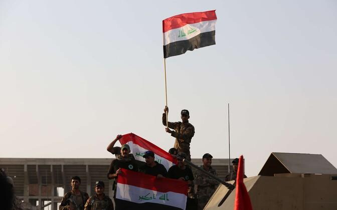 Iraagi sõdurid lehvitavad Mosulis Iraagi lippu.