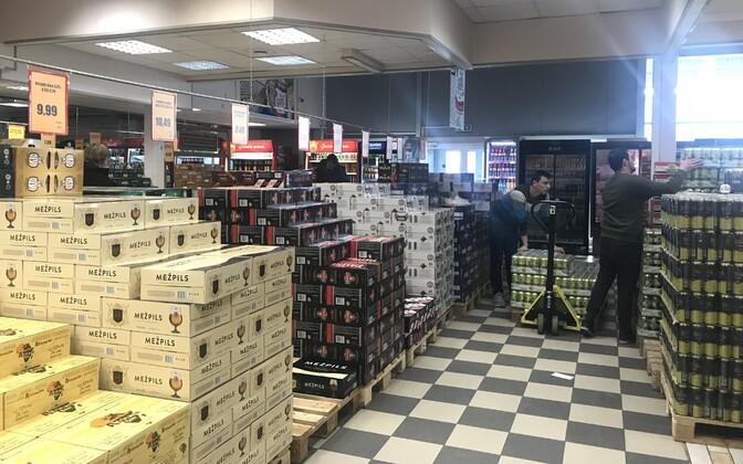 ALKO1000 alkoholipood Lätis Valkas Eesti piiri ääres.