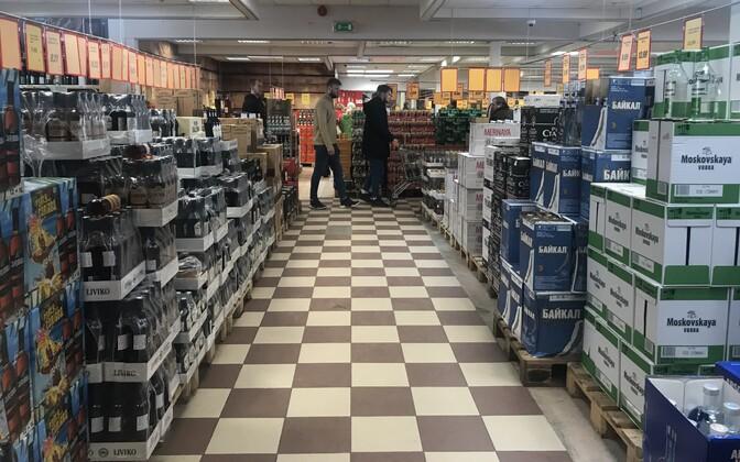 Ostjad ALKO1000 alkoholipoes Lätis Valkas Eesti piiri ääres.