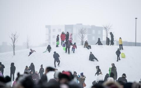 Жители Ласнамяэ отмечают Масленицу в парке Паэ.