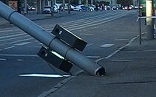 Водитель врезался в фонарный столб.