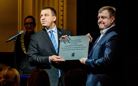 Prime Minister Jüri Ratas (Center) presenting the commemorative plaque. Sunday, Feb. 18, 2018.