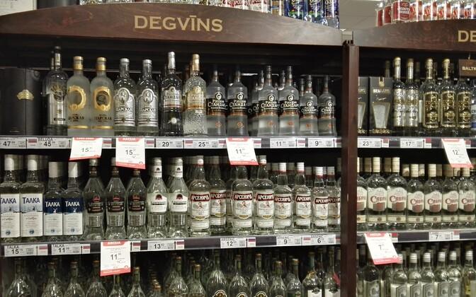 Алкогольный прилавок в магазине в Валмиере.