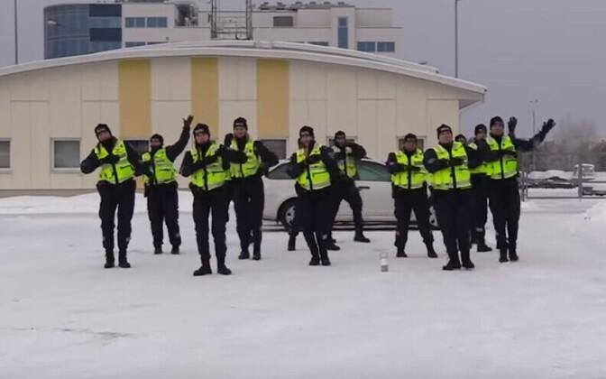 Полиция тоже танцет.